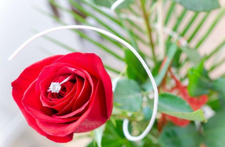 5 ROMANTIC WAYS TO PROPOSE WITH FLOWERS